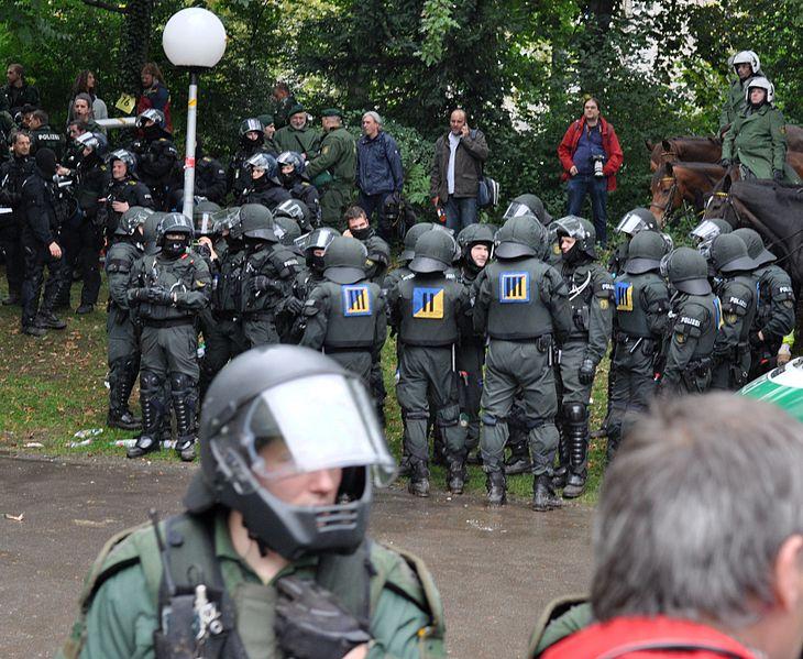 Datei:MittlererSchlossgartenPolizisten 2010-09-30.jpg
